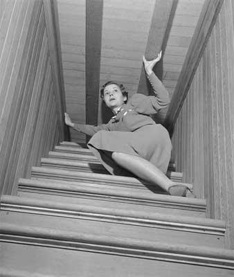 Entité négative pousse dans escaliers